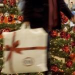 Украсть за 60 секунд: жена полицейского прикарманила рождественские подарки соседей