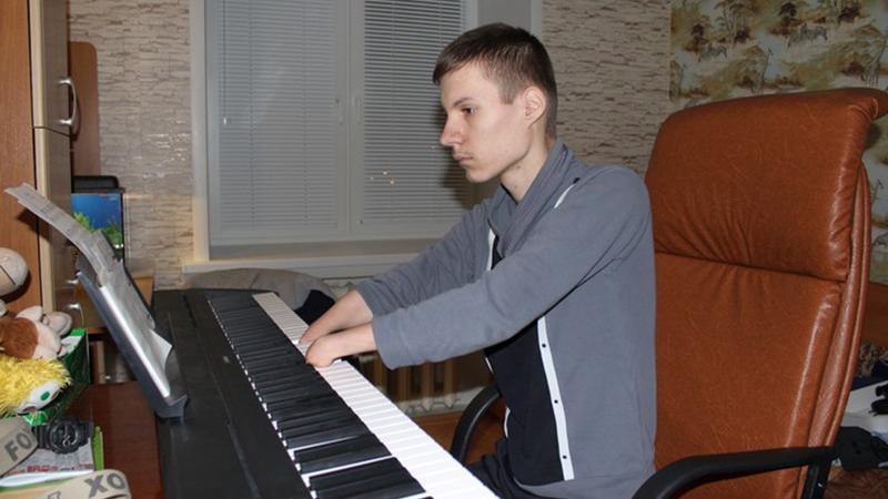 Казанский виртуоз: что помогло сироте без кистей рук выиграть музыкальный конкурс